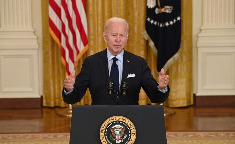 Las decepcionantes cifras de empleo golpean los planes económicos de Biden en Estados Unidos