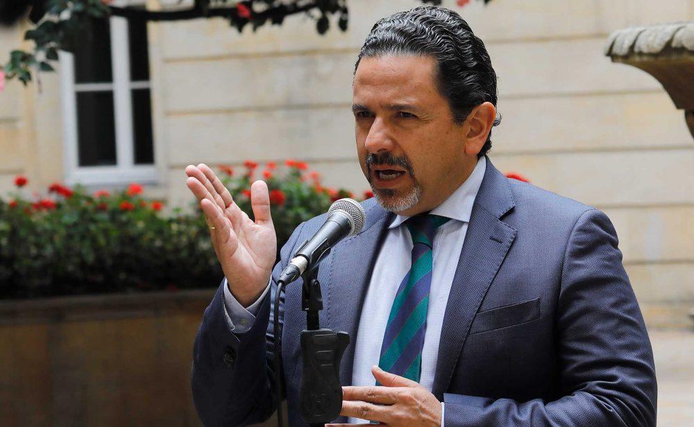 Miguel Ceballos sale del Gobierno incómodo con Uribe