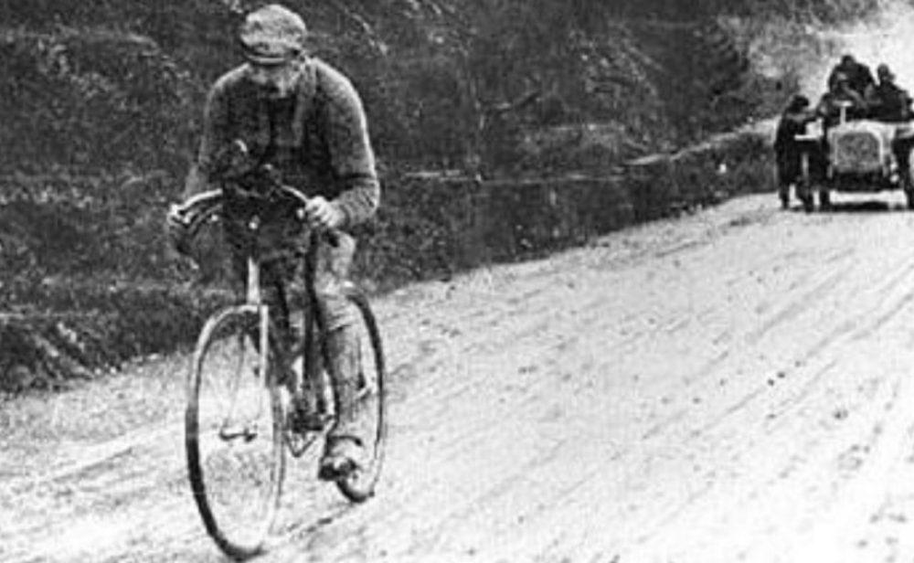 'Cómo ganar el Giro bebiendo sangre de buey', el libro que recoge increíbles historias, traiciones y aventuras en la carrera de la maglia rosa