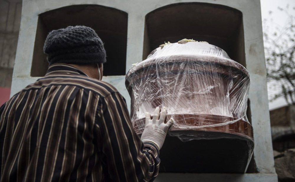¿Por qué aumentó más del doble el número de muertes por coronavirus en Perú?