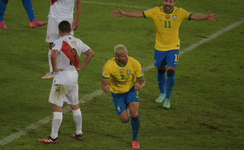 Sin despeinarse, Brasil goleó a Perú y clasificó a cuartos de final