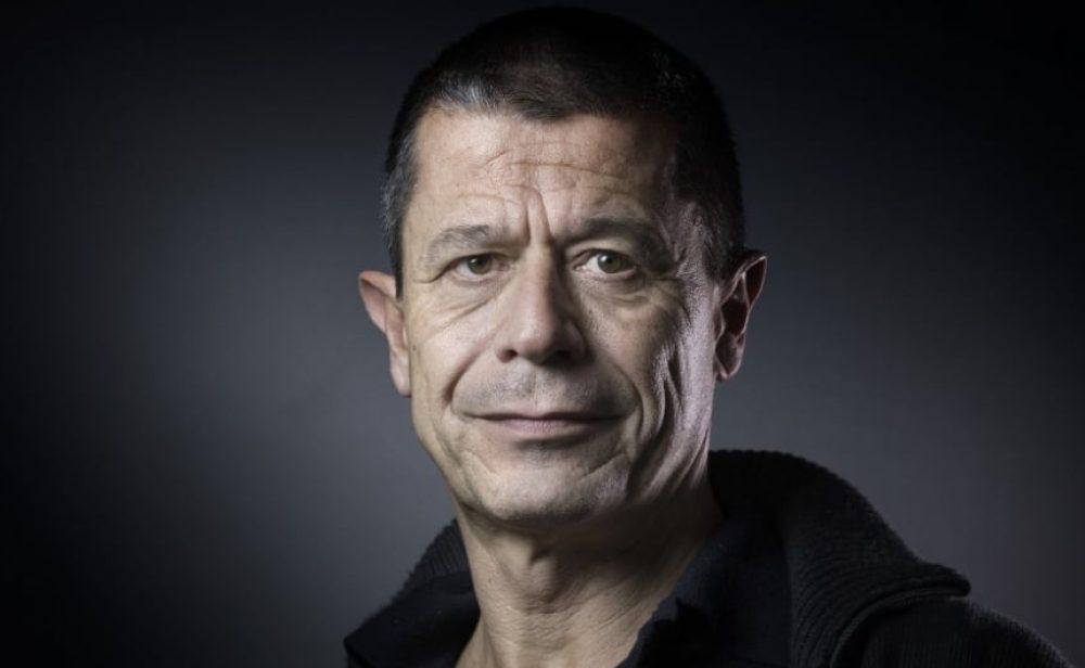 Emmanuel Carrère: el hombre que escribe sin tapujos sobre su vida, los secretos de su familia y sus miserias