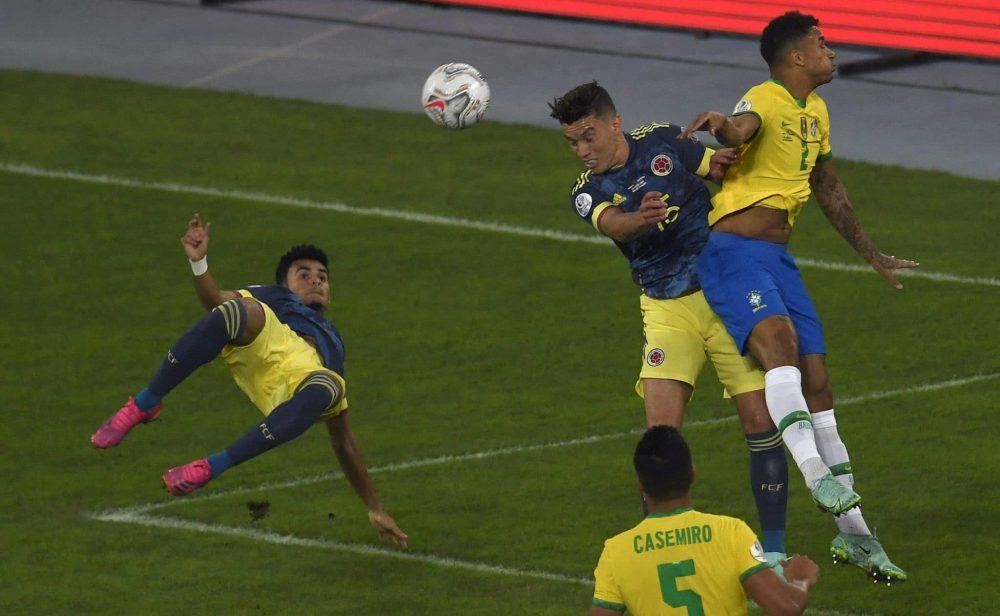 Brasil le ganó a Colombia en el último minuto… y con polémica
