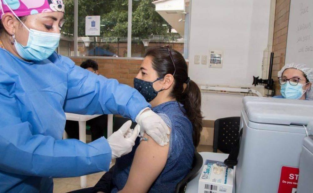 Privados vacunarán desde el 15 de junio, pero el Estado responderá por efectos adversos