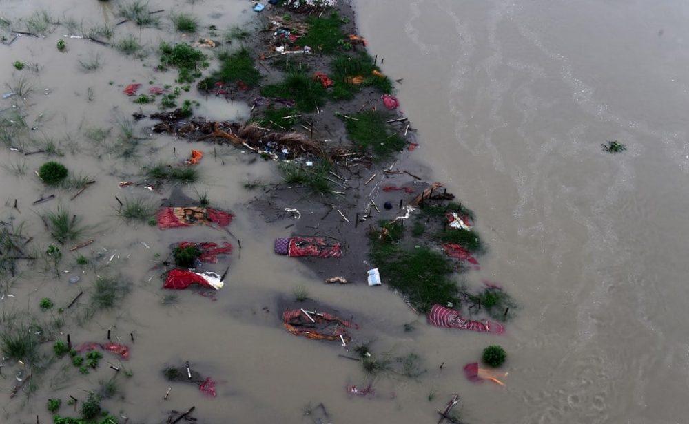 Aguas sagradas del río Ganges, en India, rebosan de muertos por covid-19