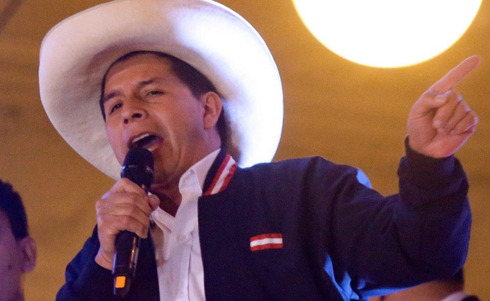 Con Duque presente, Pedro Castillo jura como presidente de Perú