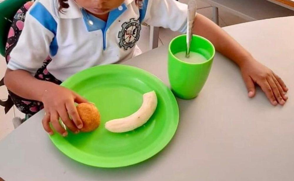 La improvisada entrega de alimentos a los niños que regresan a clases