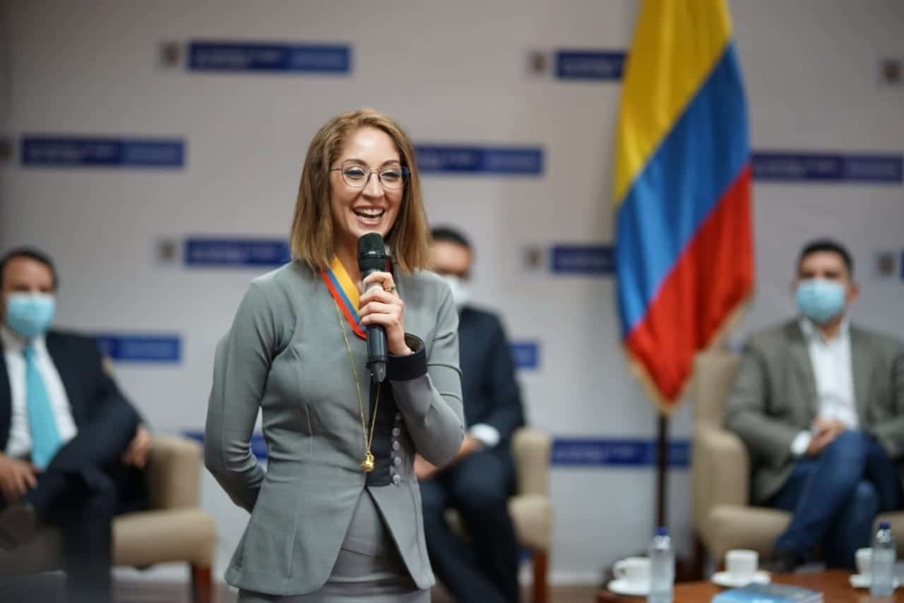 Jennifer Arias, recibiendo el reconocimiento Patricio Samper Gnecco, entregado por el Ministerio de Vivienda 1