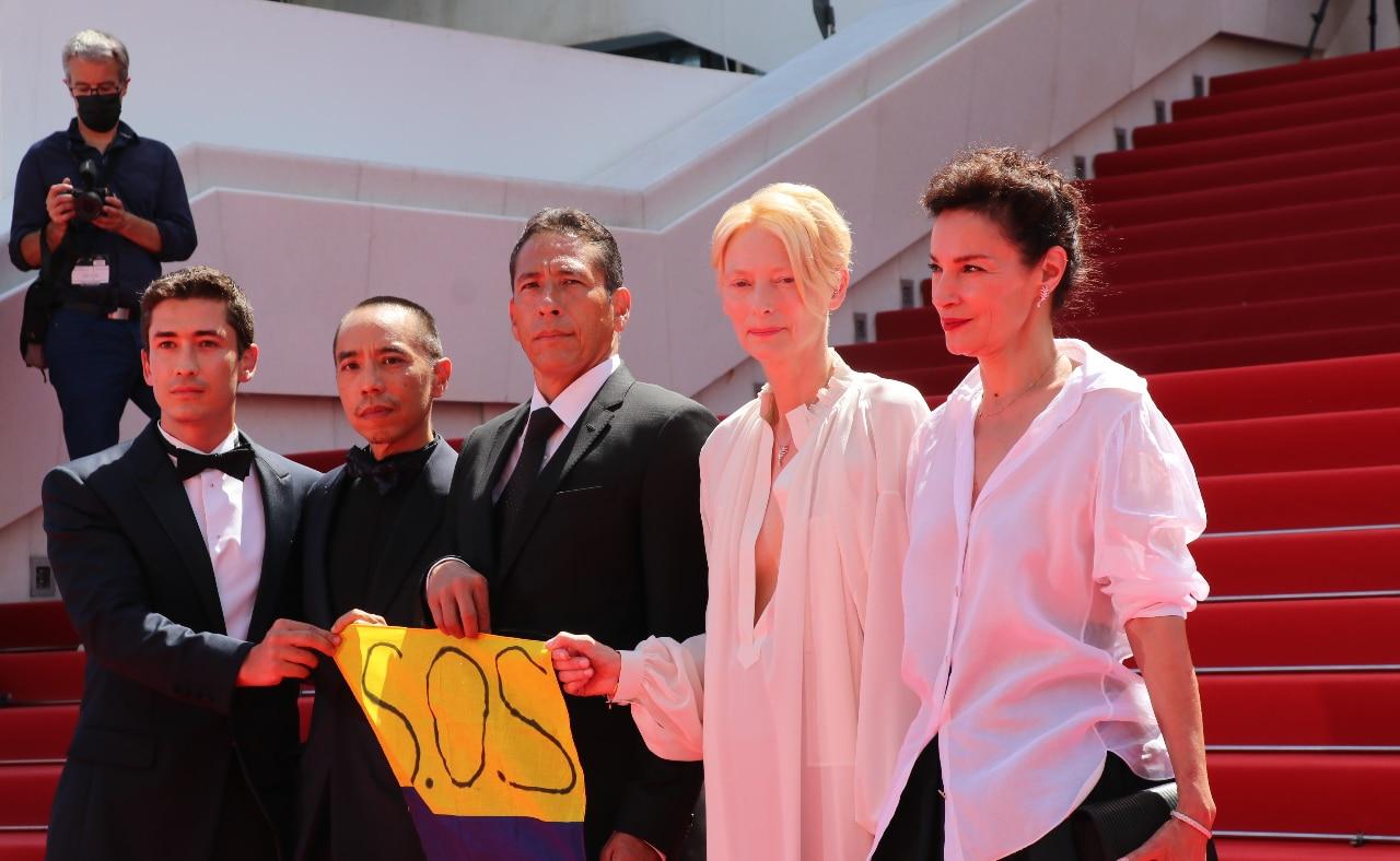 Memoria: Apichatpong Weerasethakul, Tilda Swinton, Elkin díaz, Juan Pablo Urrego con una bandera de Colombia y apoyando el paro en el Festival de Cannes