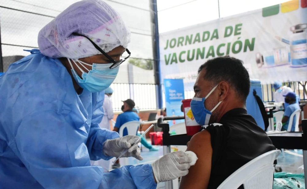 Cifras de covid-19 le dan un respiro a Colombia, pero hay nuevas restricciones