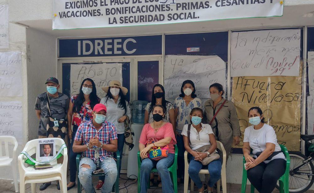Trabajar 31 meses sin salario, la historia del hombre que se encadenó frente al Idreec de Valledupar
