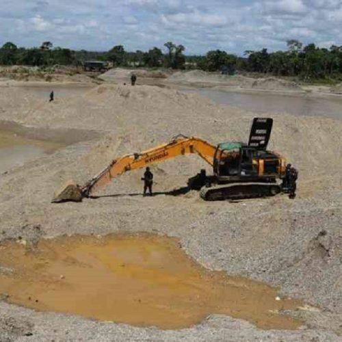 Explotación de oro de aluvión, un tesoro para los grupos armados