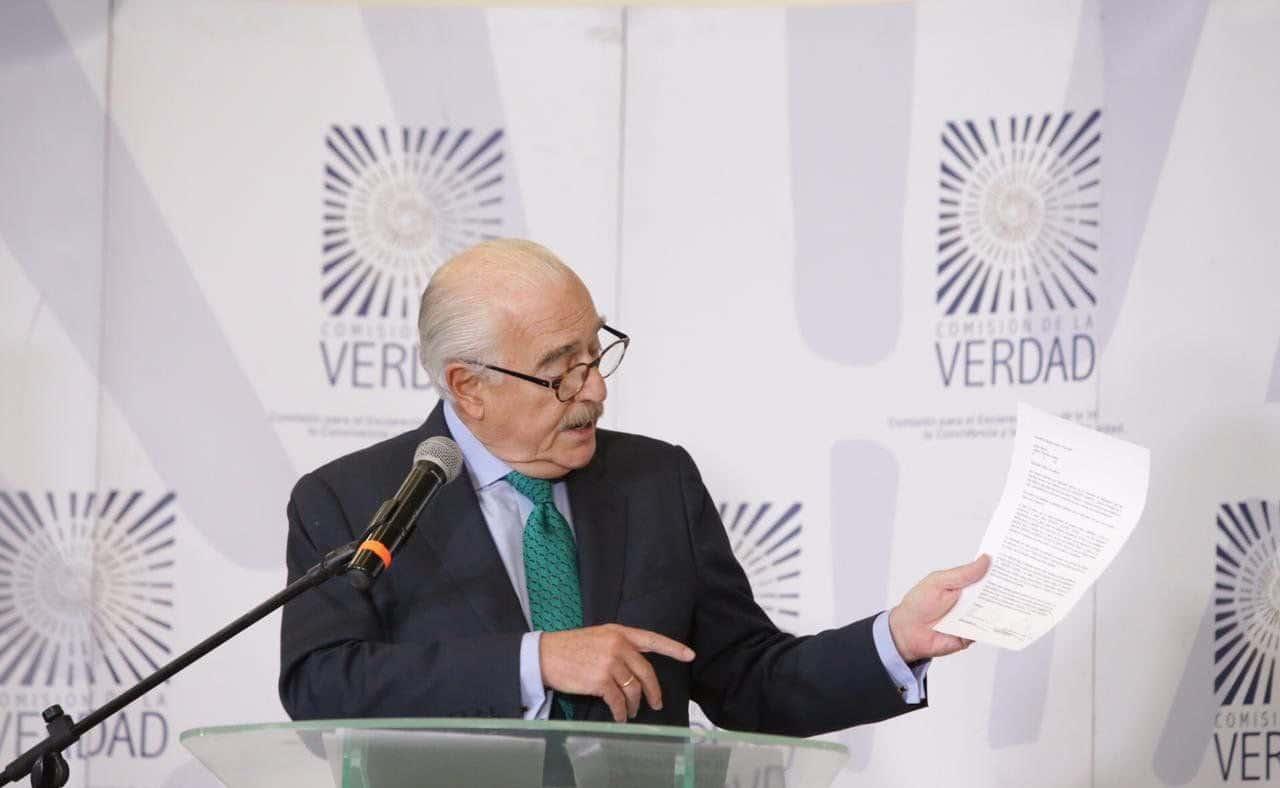 Andrés Pastrana, en la Comisión de la Verdad, mostrando la carta de los hermanos Rodríguez Orejuela. Foto: Comisión de la Verdad. Expresidente Pastrana