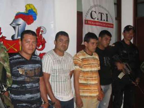 Daniel Giraldo, alias El Grillo. Segundo de izquierda a derecha, camiseta blanca de rayas.