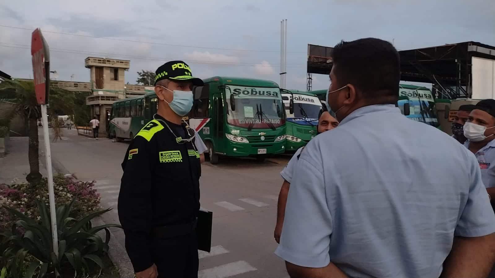El comandante de la Policía Metropolitana de Barranquilla, general Diego Rosero, se reunió con conductores de Sobusa después de los primeros dos ataques.