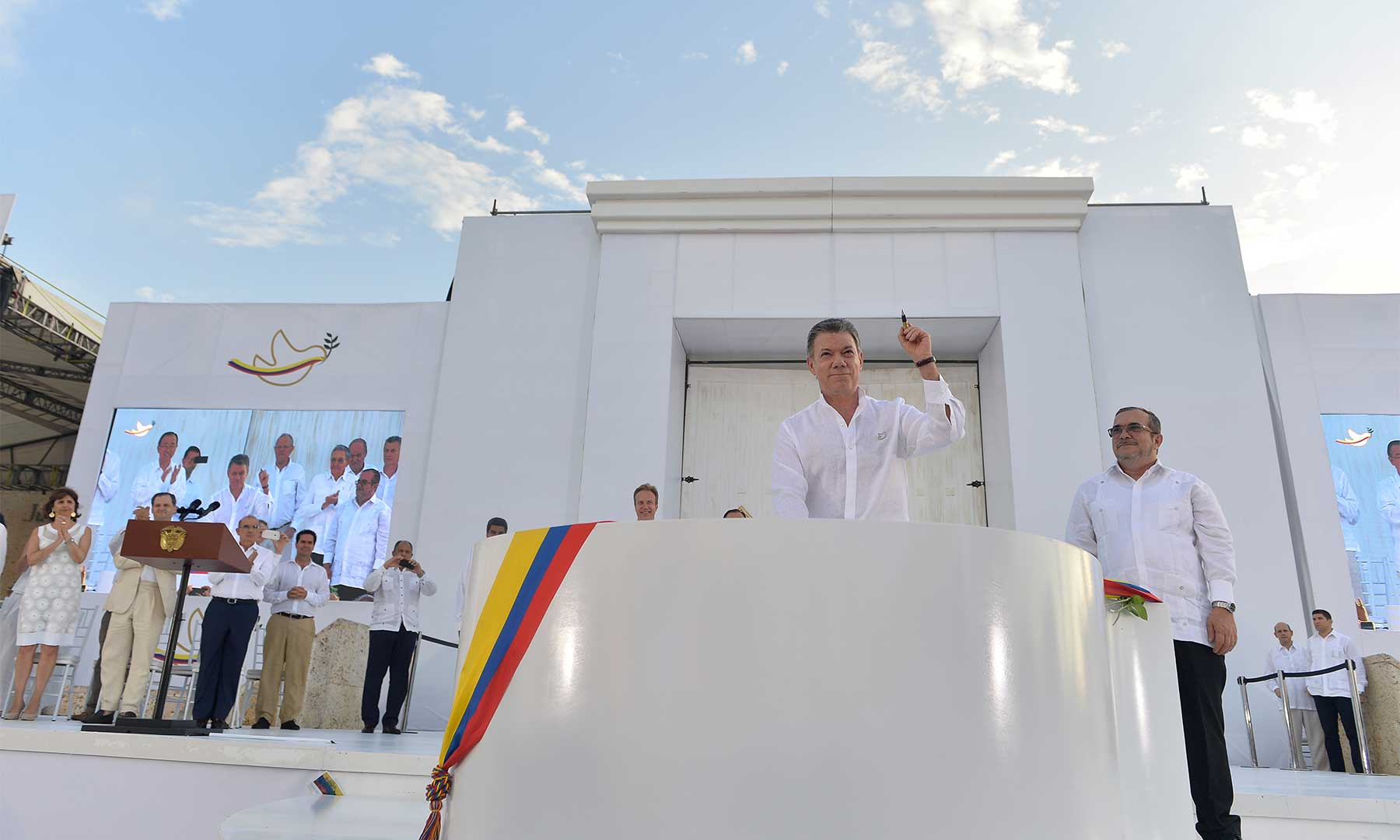 El presidente Santos muestra el balígrafo después de firmar la paz.