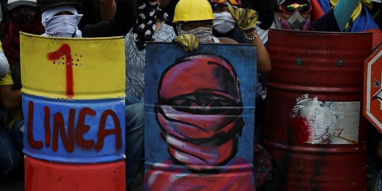"""Usando escudos y vestidos con cascos, guantes y gafas, grupos de jóvenes han salido a las calles a """"resistir"""""""
