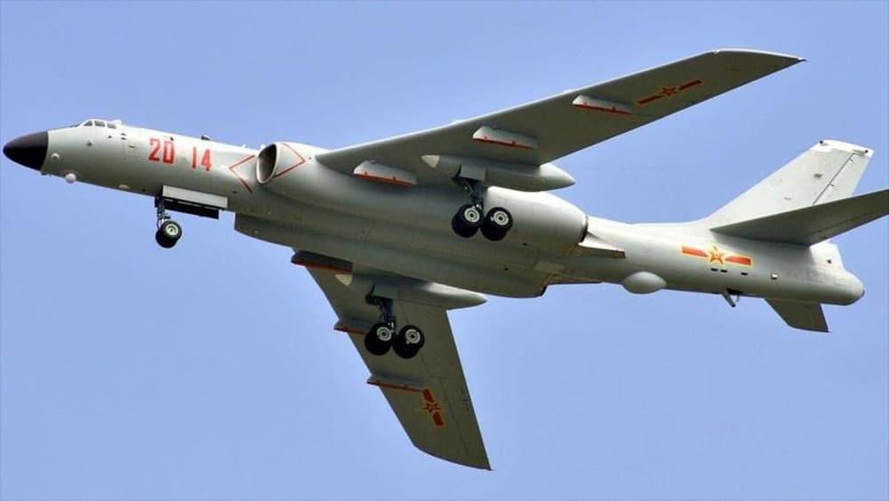 Bombardero chino H-6J.